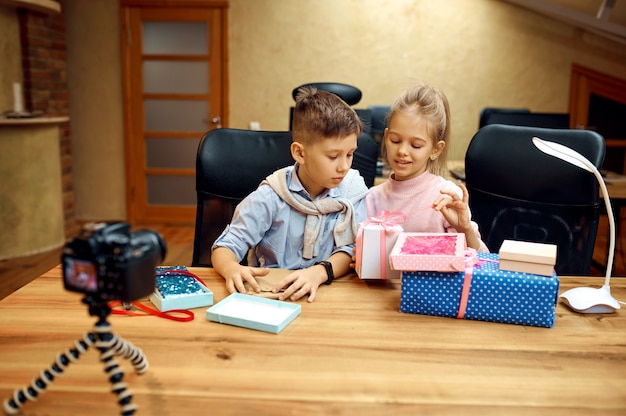 Blogerzy dziecięcy pozują do kamery, mali blogerzy. blogowanie dzieci w domowym studio, media społecznościowe dla młodych odbiorców, transmisja internetowa w internecie