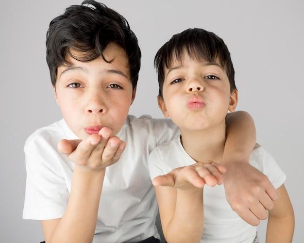 Blogerzy widok z przodu wysyłający pocałunki