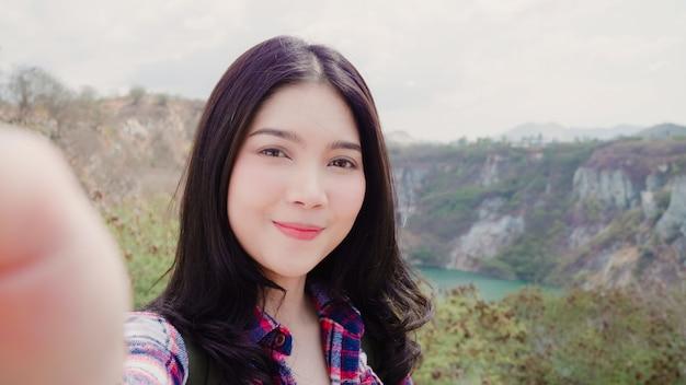 Blogger asian backpacker kobieta nagrywa wideo vlog na szczycie góry
