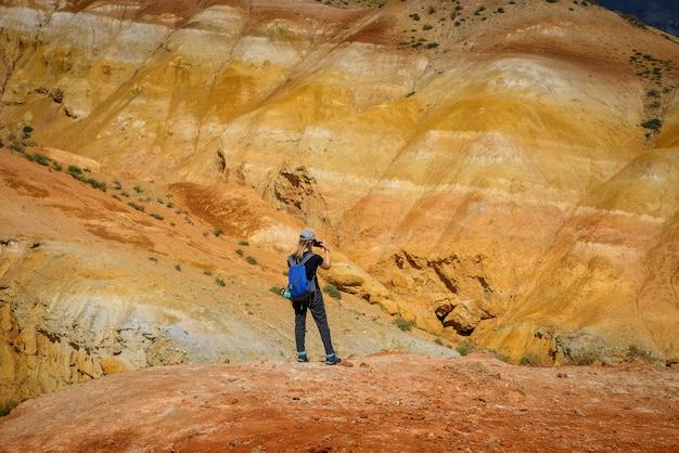 Blogger dziewczyna na tle fantastycznego marsjańskiego krajobrazu