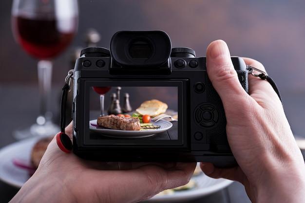 Blogger fotografuje jedzenie. grillowany stek wołowy