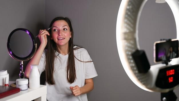 Blogger girl maluje oczy