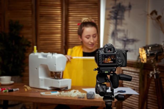 Blogger krawcowy strzelający aparatem do bloga
