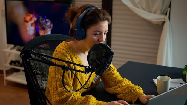 Blogger mówiący do mikrofonu, a obserwatorzy transmitują na żywo na laptopie. program online produkcja na żywo host transmisji internetowej przesyłający treści na żywo, nagrywający cyfrową komunikację w mediach społecznościowych