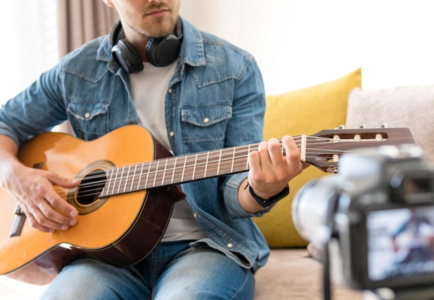 Blogger nagrywa się podczas gry na gitarze