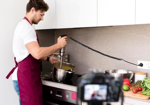 Blogger nagrywa wideo z gotowania w domu