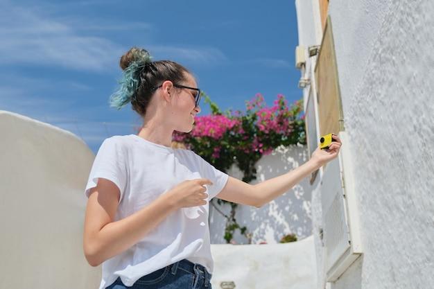 Blogger nastolatka nagrywa wideo vlog z luksusowych podróży do morza śródziemnego