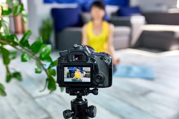 Blogger senior kobieta przygotowuje specjalny plan treningu dla osób starszych.