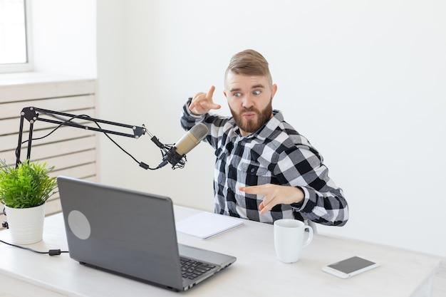 Blogger, streamer i koncepcja ludzi - zabawny młody człowiek dj pracujący w radiu