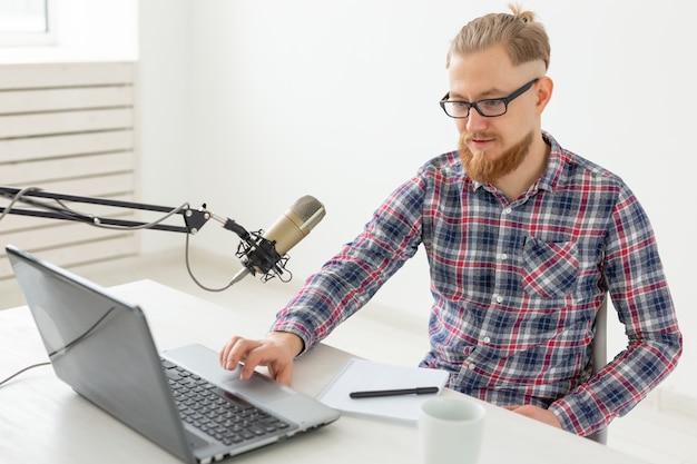 Blogger streamer i koncepcja nadawania młody człowiek dj pracujący w radiu