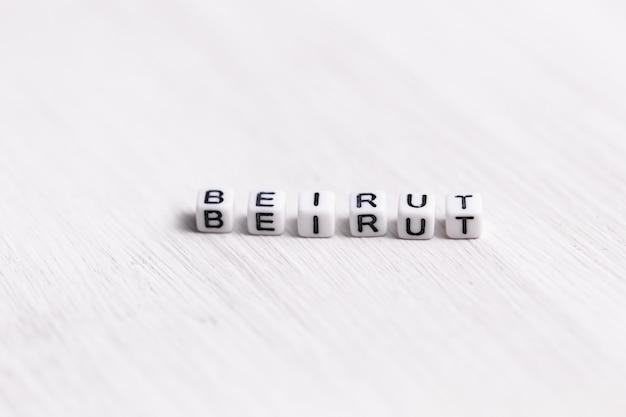 Blok liter w słowie bejrut na białym tle drewna. koncepcja libanu.