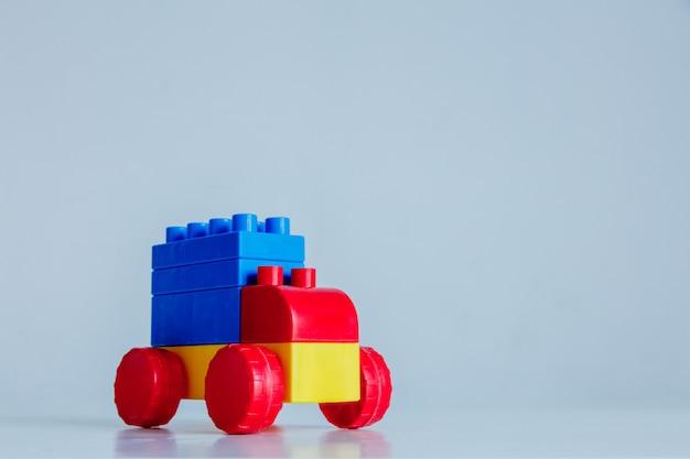 Blok reklama samochodów ciężarowych w kolorach czerwonym, niebieskim i żółtym