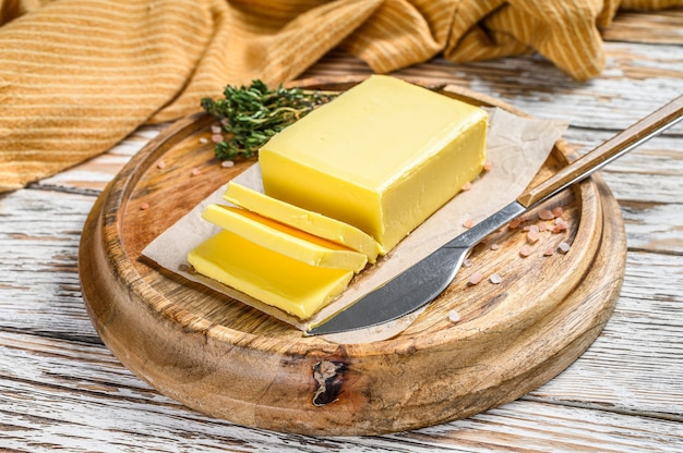Blok świeżego masła, produkty mleczarskie