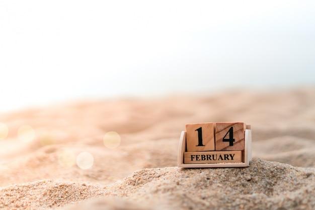 Blok z cegły z drewna pokazuje datę i kalendarz miesiąca 14 lutego lub walentynki.