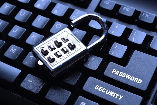 Blokada bezpieczeństwa na czarnej klawiaturze komputera