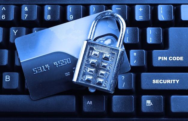 Blokada bezpieczeństwa na kartach kredytowych z klawiaturą komputera. selektywna ostrość, miękka ostrość i płytka głębia ostrości - dof