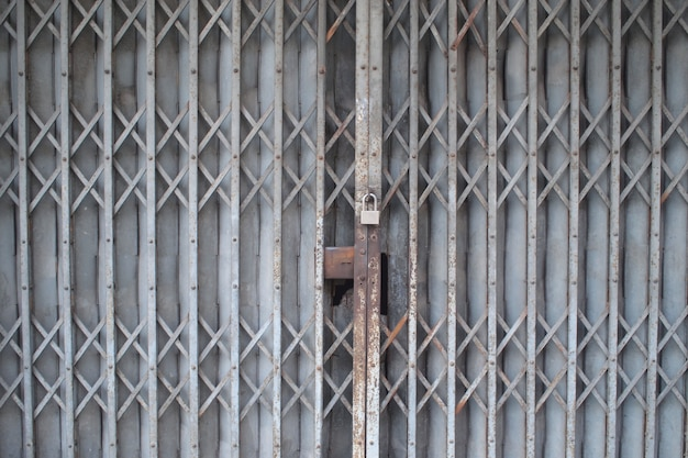 Blokada drzwi stalowych przesuwnych.