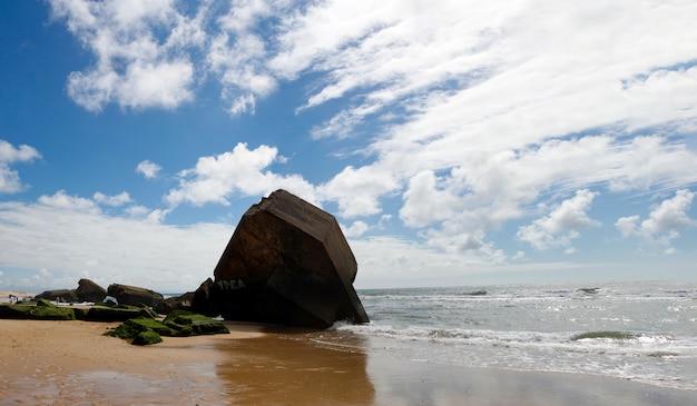 Blokhauz na plaży z niebieskim niebem i chmurami
