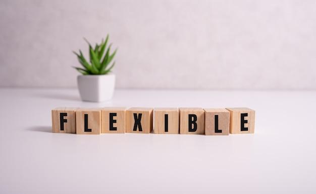 Bloki drewniane z napisem elastyczny