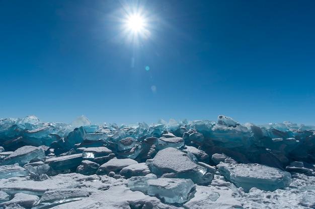 Bloki lodu przeciw niebieskiemu niebu w zimie