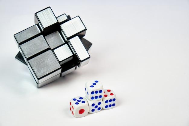 Bloki lustra rubika. wymyślona przez hidetoshi takeji łamigłówka jest również znana jako kostka wypukła.