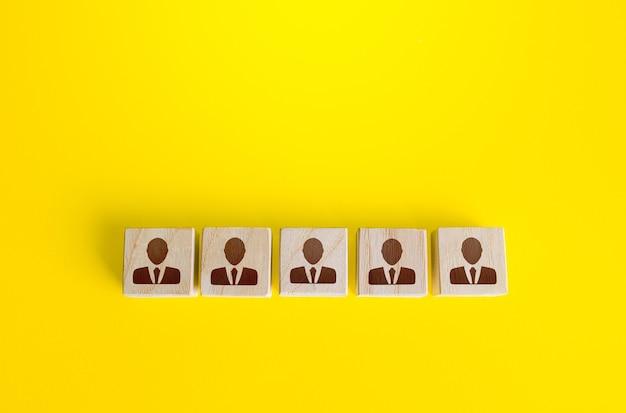 Bloki z pracownikami z rzędu budowanie zespołu biznesowego z wielu kandydatów zarządzanie personelem