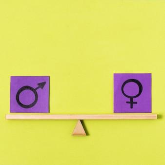 Bloki z symbolami płci na huśtawce
