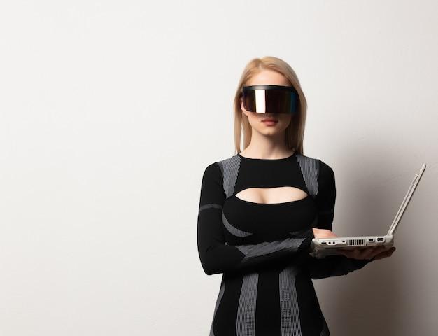 Blond android kobieta w okularach vr i laptopie na białym tle.