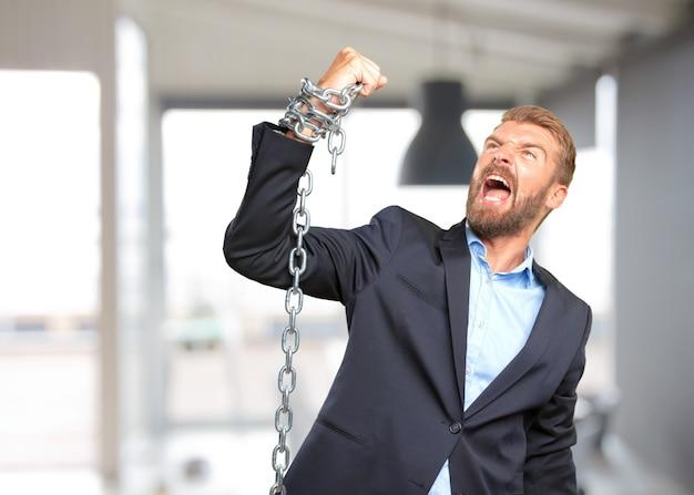 Blond biznesmen wściekły wyraz