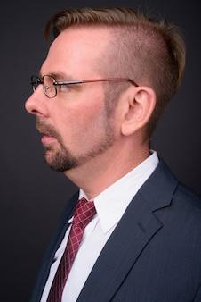 Blond brodaty biznesmen z bródką na szaro