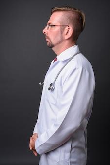 Blond brodaty lekarz z bródką na szaro