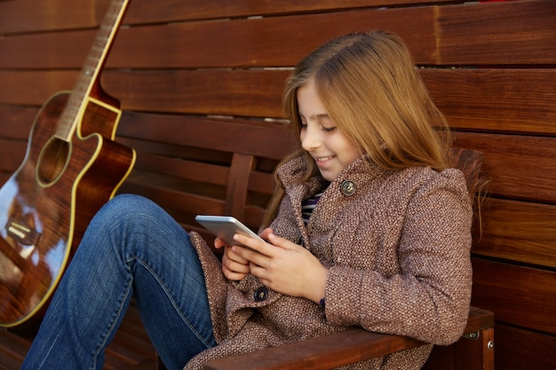 Blond dziecko dziewczynka gra smartphone
