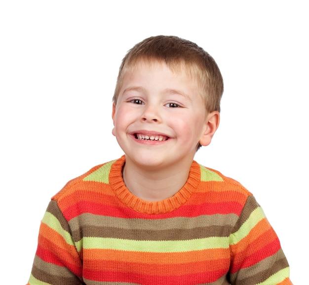 Blond dziecko z czerwono-pomarańczową koszulką na białym tle