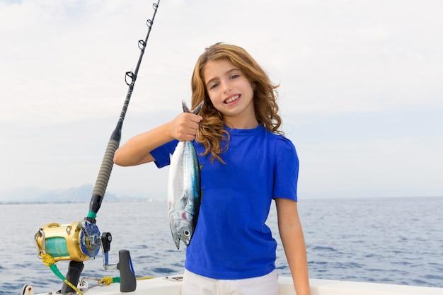 Blond dziewczyna łowi tuńczyka błękitnopłetwego trolling w śródziemnomorskim