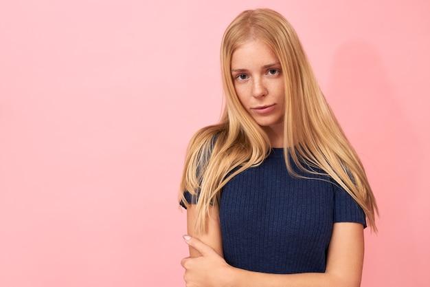 Blond dziewczyna pozuje z niebieską sukienką na różowo