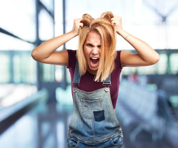 Blond dziewczyna wściekły wyraz