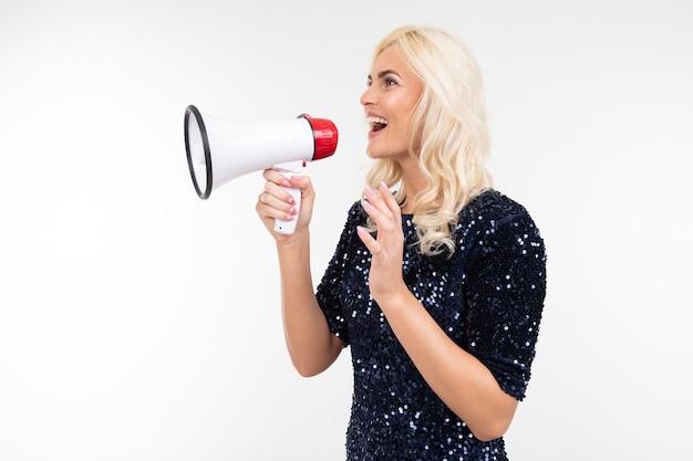 Blond dziewczyna z głośnikiem w ręku krzyczeć