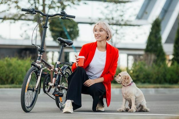 Blond kobieta bawi się z psem