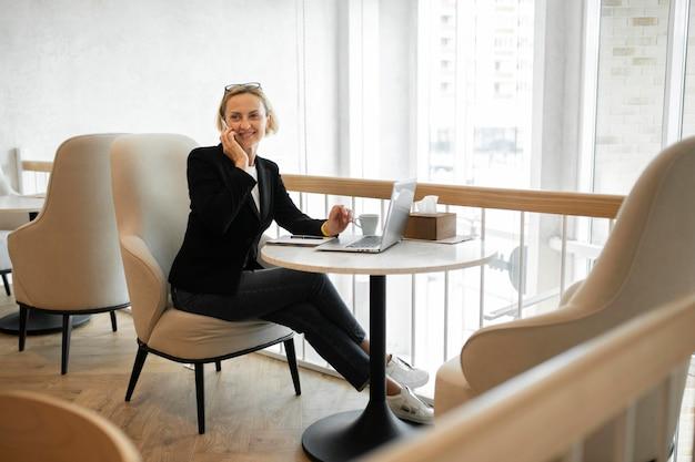 Blond kobieta biznesu pracuje na swoim laptopie