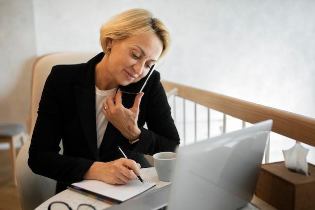 Blond kobieta biznesu pracuje