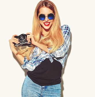 Blond kobieta dziewczyna w dorywczo hipster letnie ubrania
