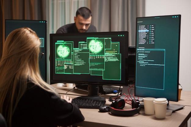 Blond kobieta haker kradzież tajnych informacji. zespół ds. cyberprzestępców.
