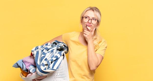 Blond kobieta myśli, czuje się niepewna i zdezorientowana, ma różne opcje, zastanawia się, jaką decyzję podjąć