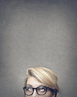 Blond kobieta patrząc w górę