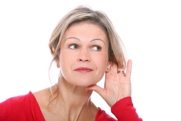 Blond kobieta słucha