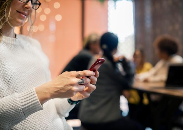 Blond kobieta texting na jej telefonie