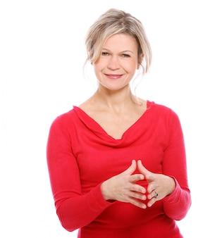 Blond kobieta w czerwonej bluzce
