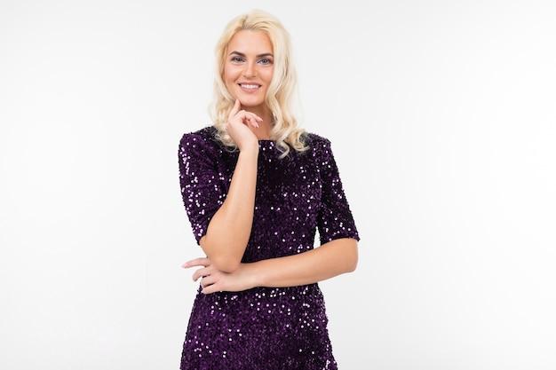 Blond kobieta w eleganckiej fioletowej błyszczącej sukience flirtuje