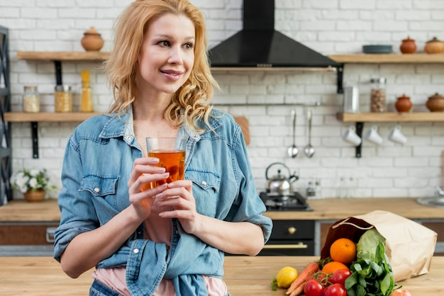 Blond kobieta w kuchni