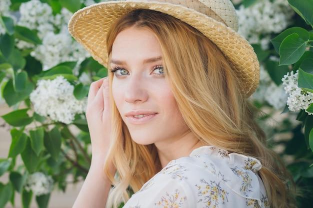 Blond kobieta z bzem kwitnie na wiosnę